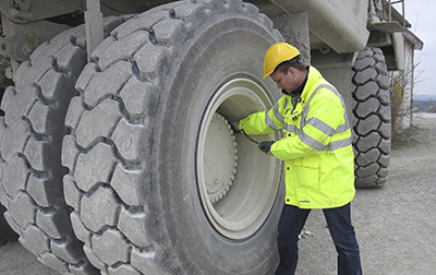Especialistas Goodyear OTR avaliando as condições do pneu